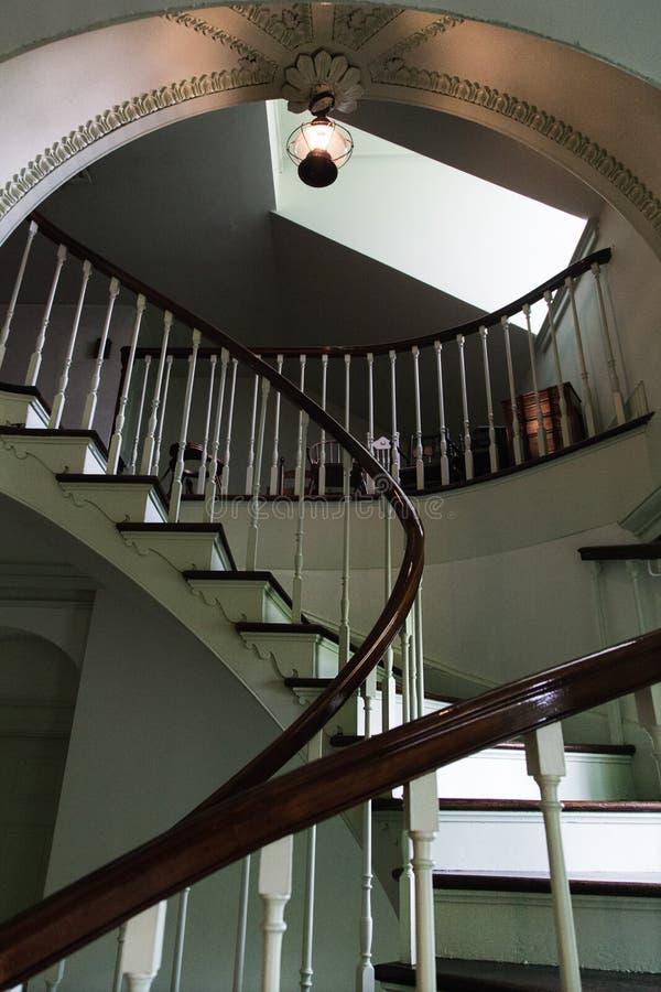 Escadaria espiral e arco do vintage na propriedade imagem de stock royalty free