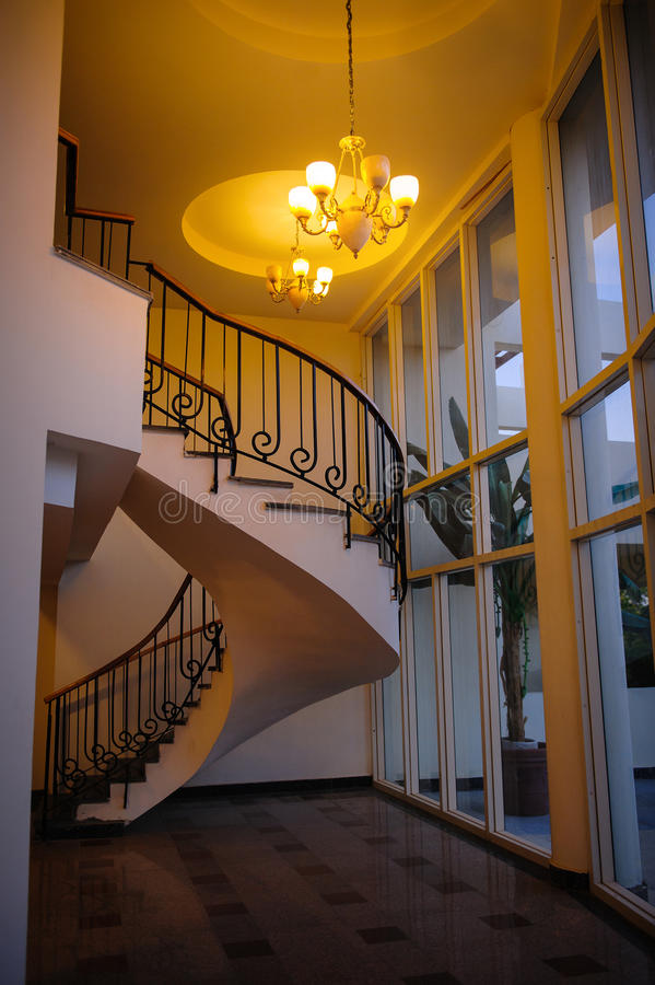Escadaria espiral em uma casa bonita imagens de stock royalty free