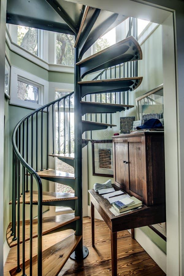 Escadaria espiral na casa fotos de stock