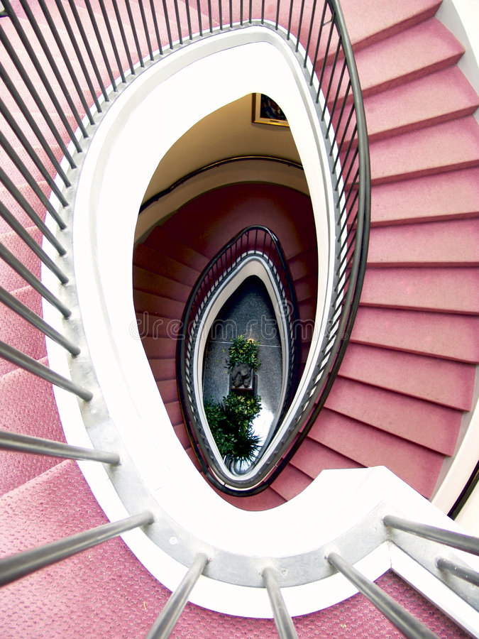 Escadaria espiral, tapete vermelho imagem de stock