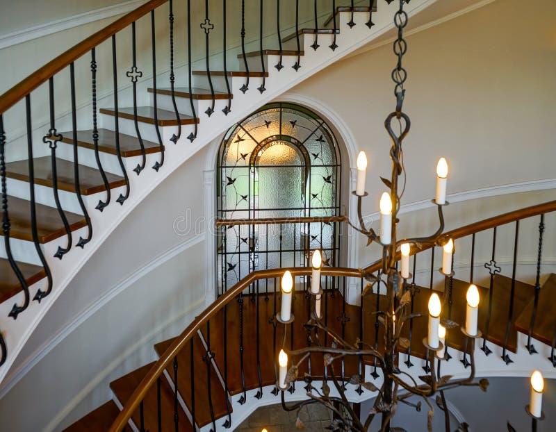 Escadaria espiral velha no estilo clássico do solar do russo foto de stock