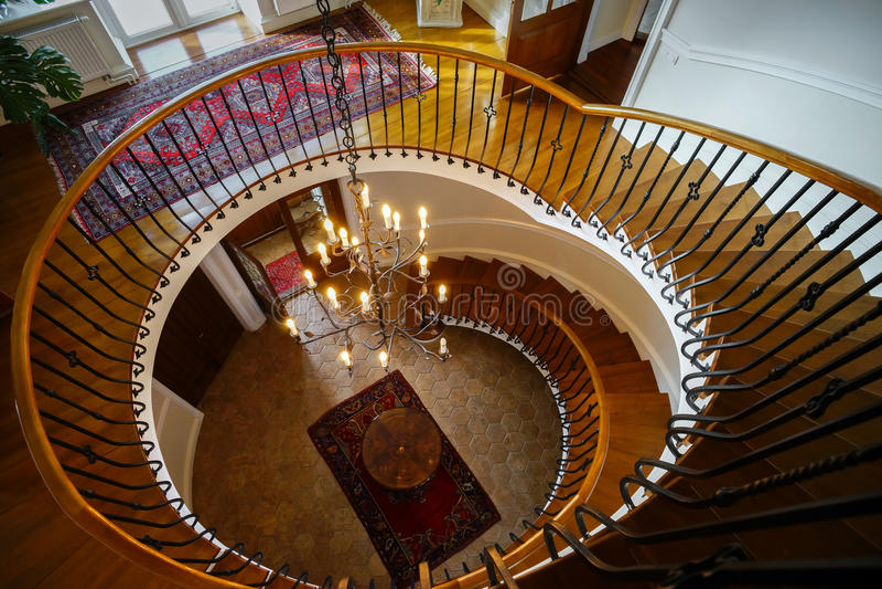 Escadaria espiral velha no estilo clássico do solar do russo imagem de stock royalty free