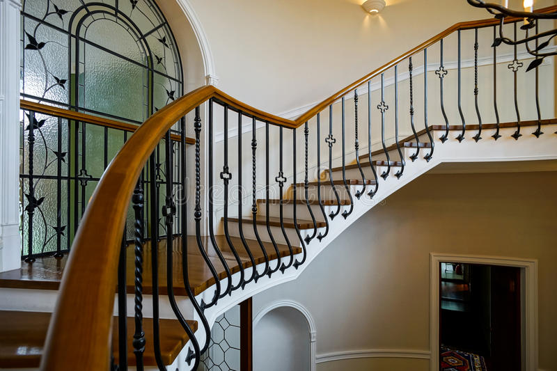 Escadaria espiral velha no estilo clássico do solar do russo fotografia de stock royalty free