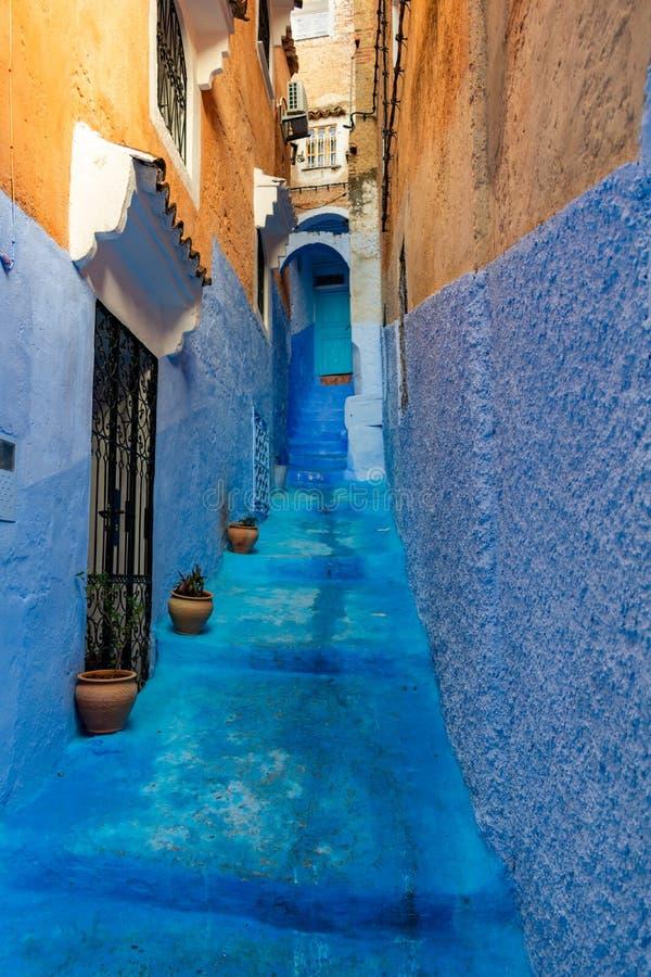 Escadaria estreita que conduz a uma entrada de uma casa em Chefchaouen Marrocos fotos de stock