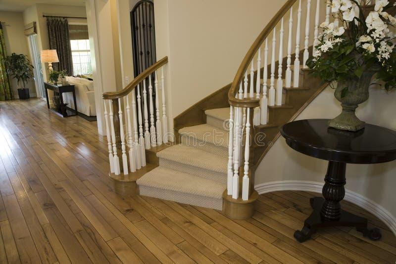 Escadaria home luxuosa. foto de stock royalty free