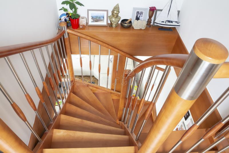 Escadaria interior de madeira foto de stock