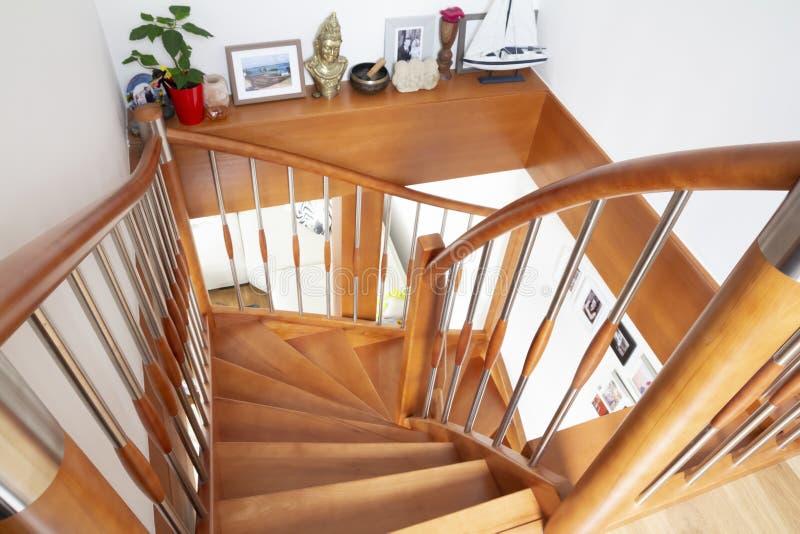 Escadaria interior de madeira fotografia de stock