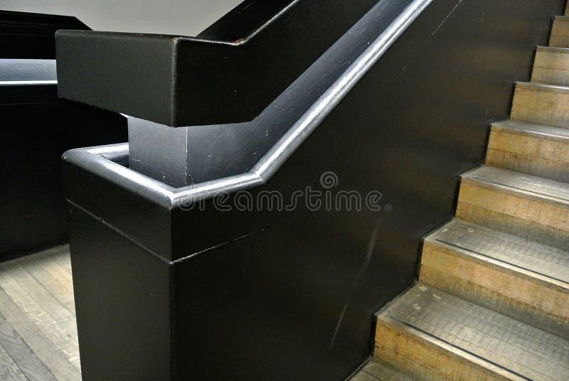 Escadaria interna com trilhos de madeira foto de stock royalty free