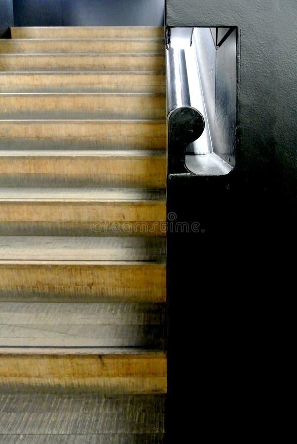 Escadaria interna com trilhos de madeira fotos de stock