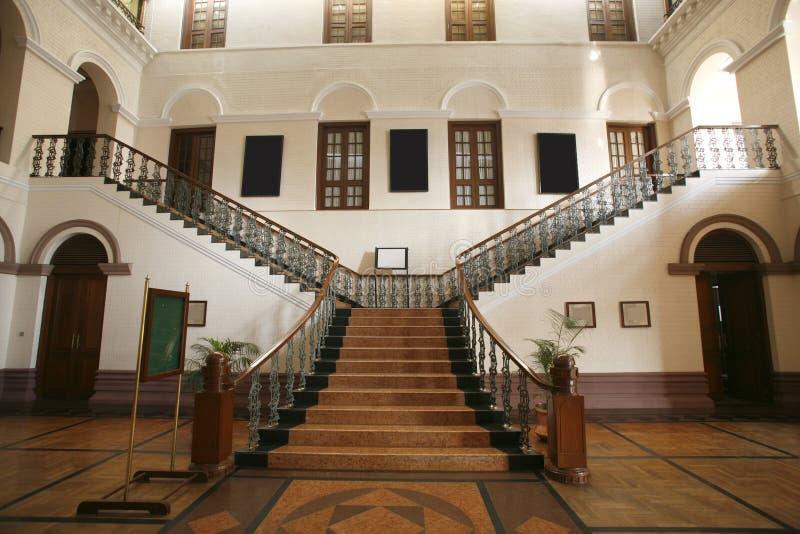 Escadaria larga interior do palácio fotografia de stock