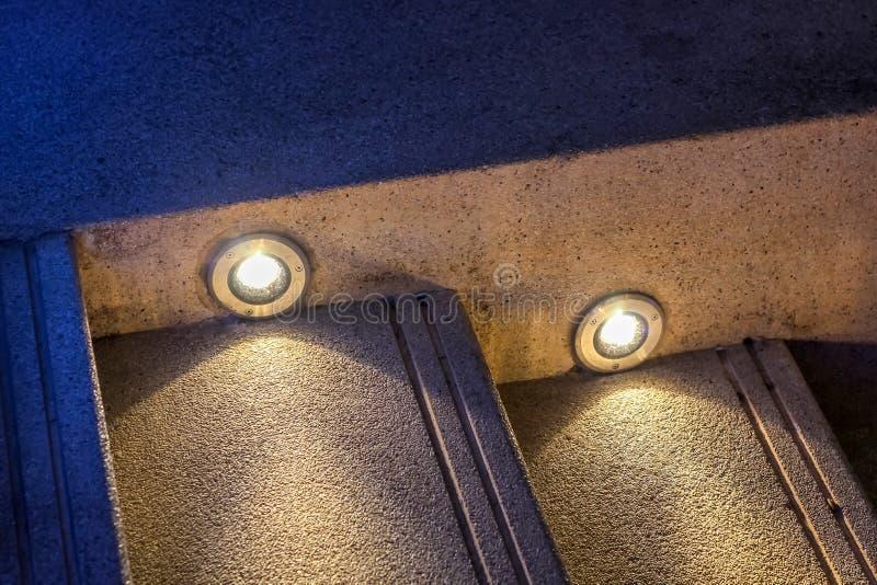A escadaria lavada do cascalho decora com luz de bulbos conduzida fotos de stock royalty free