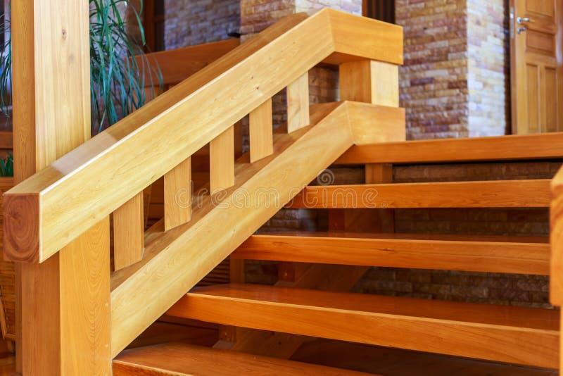 Escadaria moderna do estilo com etapas de madeira e corrimão fotos de stock