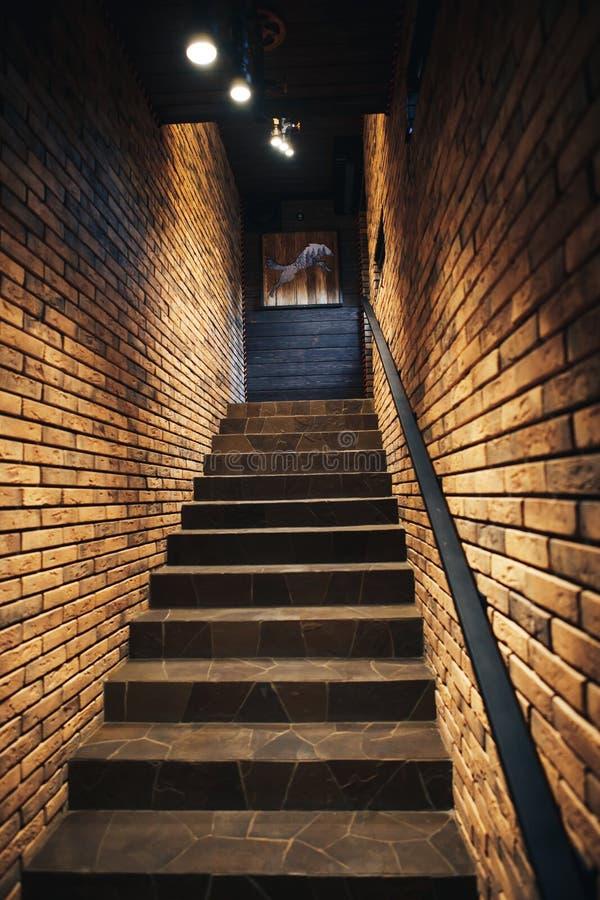 Escadaria na adega velha com paredes de tijolo Escadaria do sótão com paredes de tijolo fotos de stock royalty free