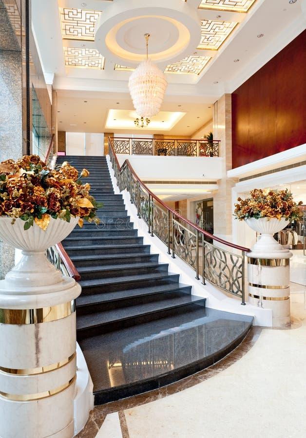 Escadaria na entrada do hotel imagens de stock