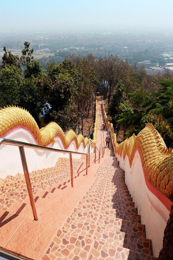 Escadaria para baixo da elevação Wat Doi Kum, Muang, Changmai, Tailândia fotografia de stock royalty free
