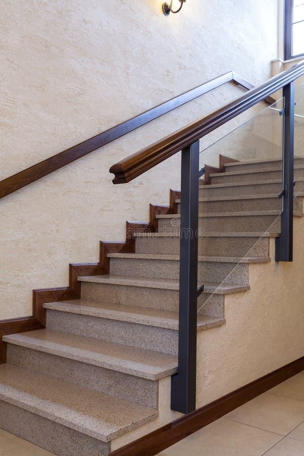 Escadaria, pedra e madeira contemporâneas imagens de stock royalty free