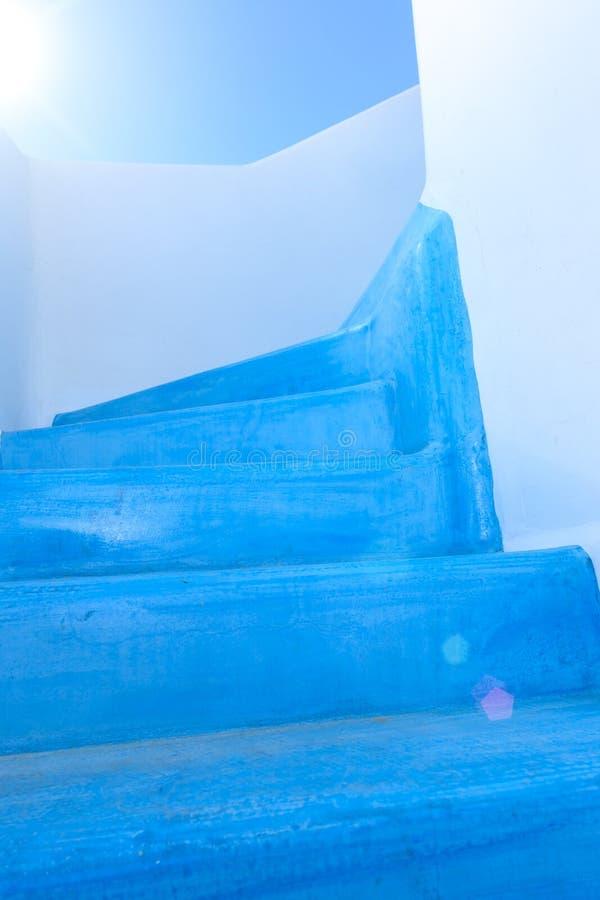 Escadaria pintada azul em uma casa grega imagens de stock royalty free