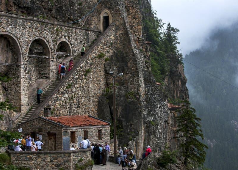 A escadaria que adere-se ao lado de uma cara que conduza a Sumela Monastery perto de Trabzon na costa do Mar Negro, Turquia do pe imagens de stock royalty free