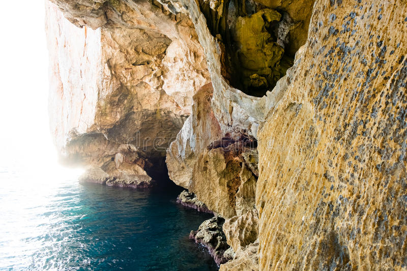 A escadaria que conduz à gruta do ` s de Netuno, em penhascos de Caccia do Capo, perto de Alghero, em Sardinia, Itália fotografia de stock