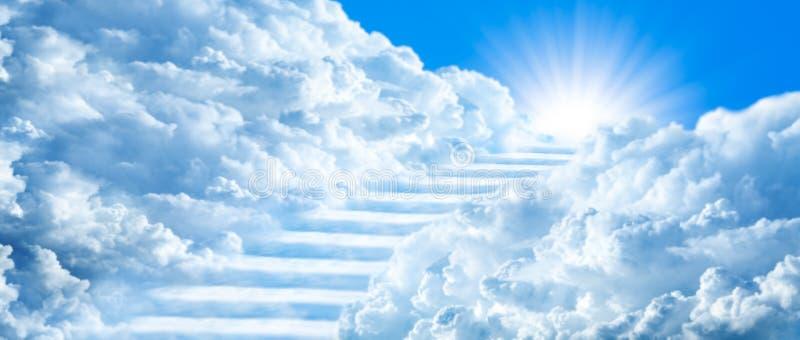 Escadaria que curva-se através das nuvens imagens de stock
