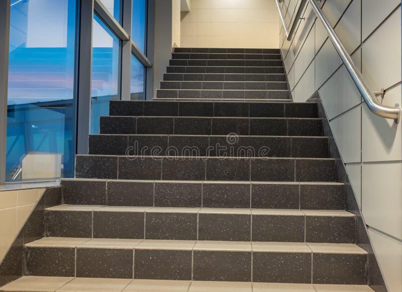escadaria - saída de emergência no hotel, escadaria do close-up, escadarias interiores, hotel interior das escadarias, escadaria  imagens de stock royalty free