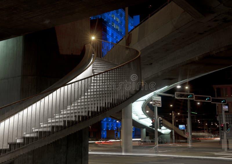 Escadaria a um nightscape da cidade foto de stock royalty free