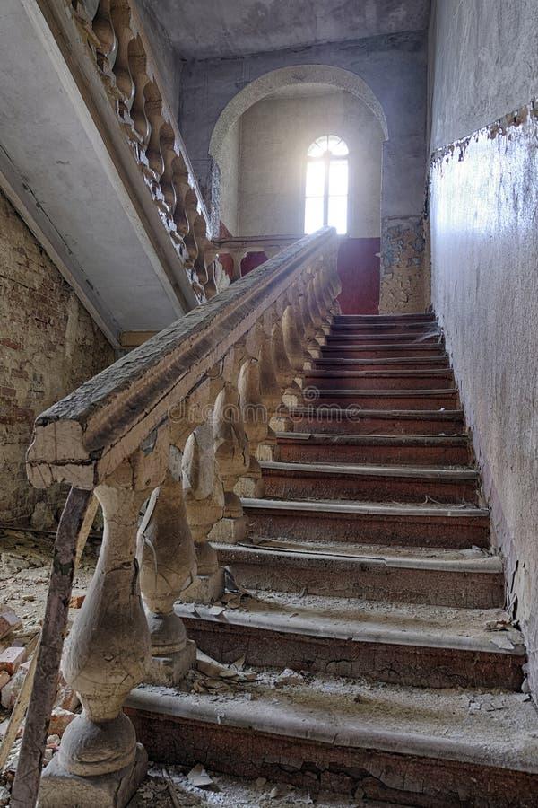 Escadaria velha do vintage na casa abandonada velha imagem de stock royalty free