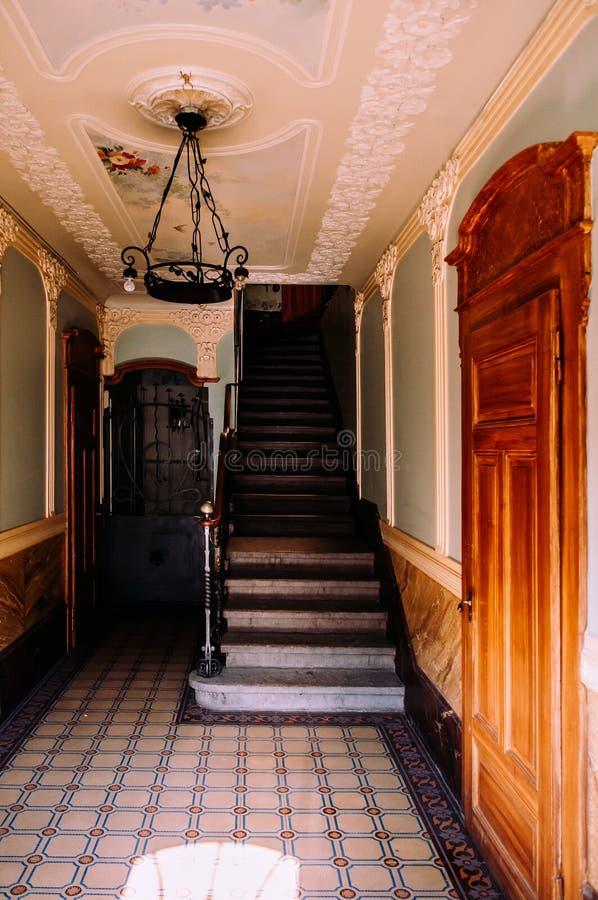 Escadaria velha em buildiing de La Chaux de Fonds, Suíça foto de stock