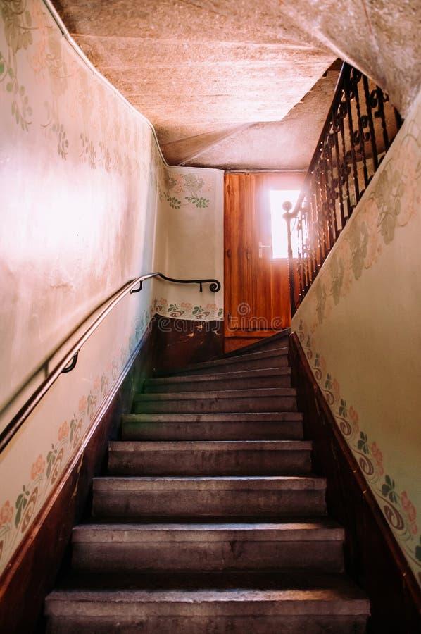 Escadaria velha em buildiing de La Chaux de Fonds, Suíça fotos de stock