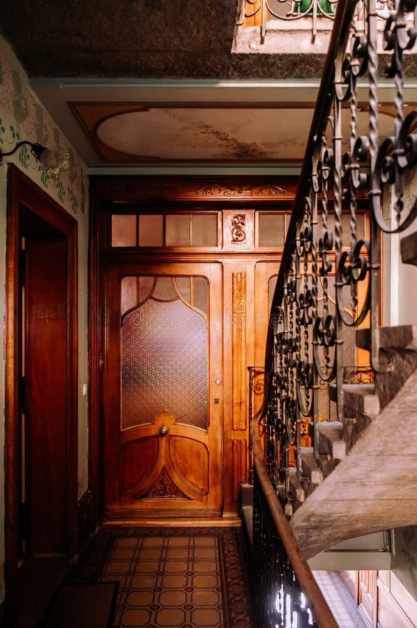 Escadaria velha em buildiing de La Chaux de Fonds, Suíça foto de stock royalty free