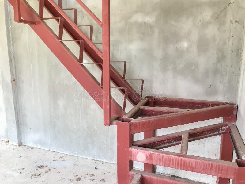 Escadaria vermelha sob a construção imagem de stock royalty free