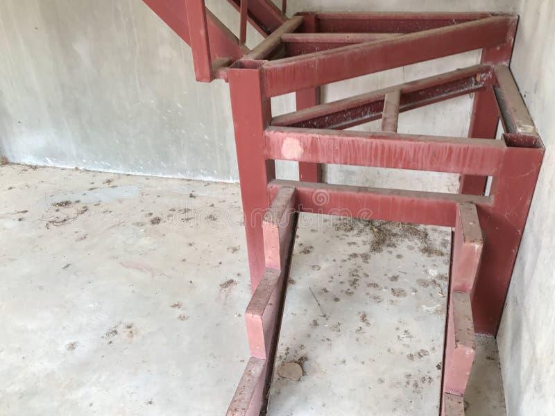 Escadaria vermelha sob a construção imagens de stock royalty free
