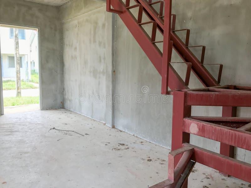 Escadaria vermelha sob a construção imagens de stock