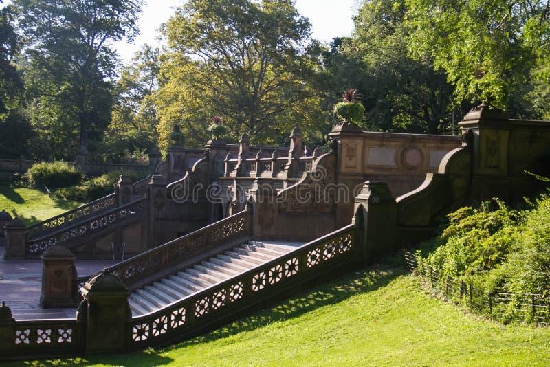 Escadarias grandes de Bethesda Terrace e de árvores no Central Park fotografia de stock royalty free