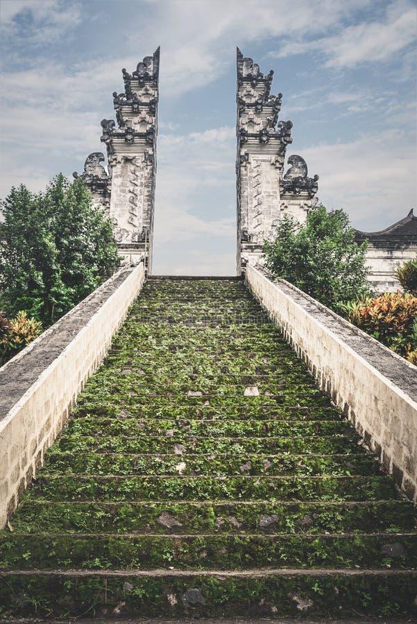 Escadas à entrada ao templo de Pura Lempuyang fotografia de stock