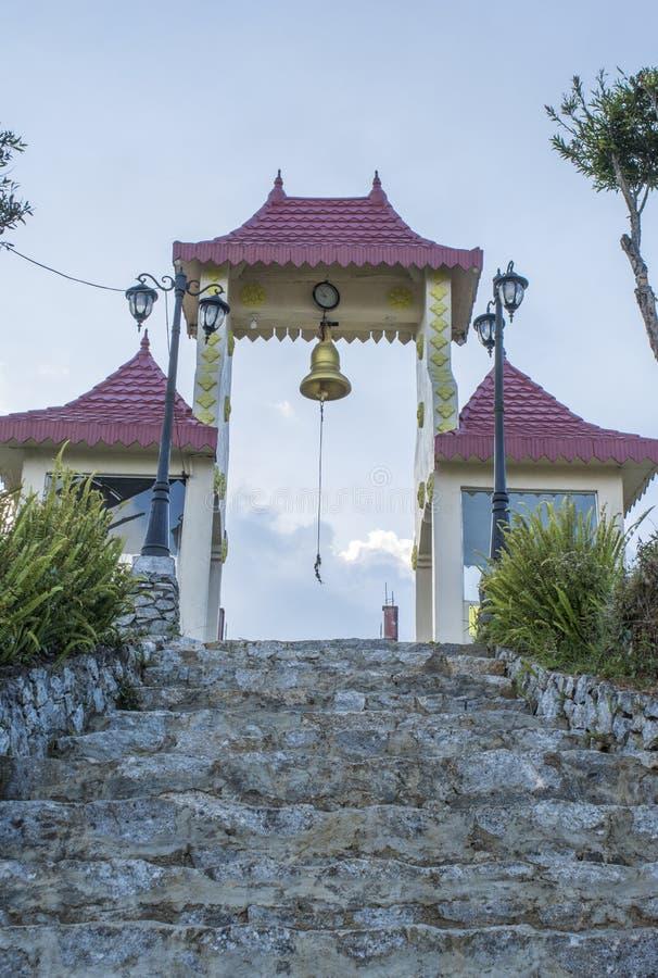Escadas às portas na jarda do templo budista imagem de stock