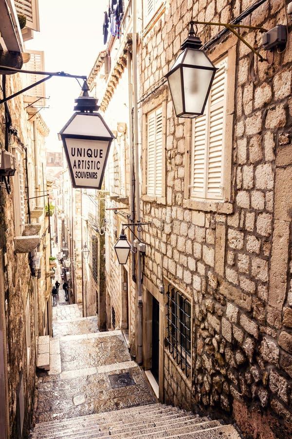 Escadas íngremes e rua estreita na cidade velha de Dubrovnik fotografia de stock
