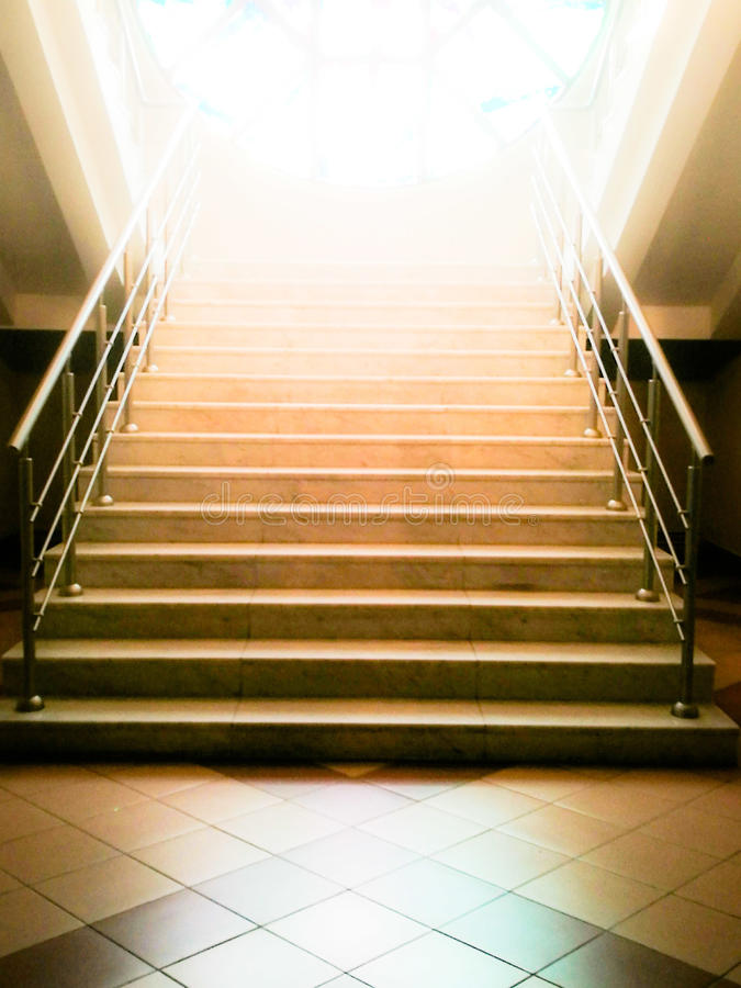 Escadas abandonadas velhas que vão acima à luz Conceito da esperança imagens de stock