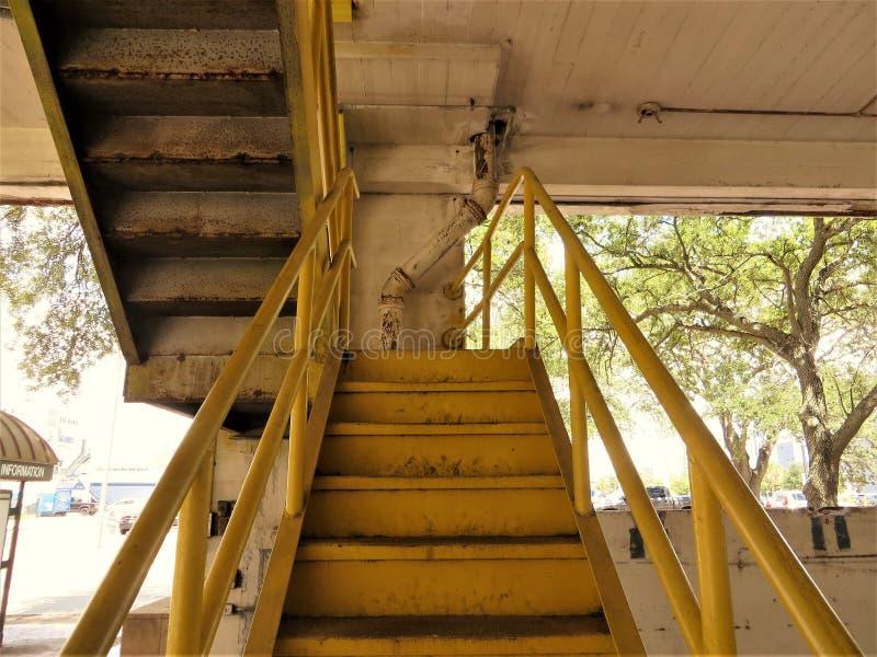 Escadas amarelas na garagem de estacionamento foto de stock