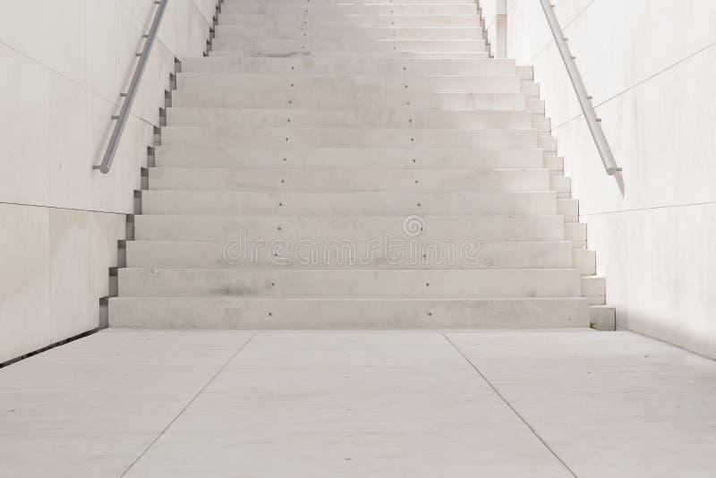 Escadas brancas em um fundo urbano da rua fotografia de stock