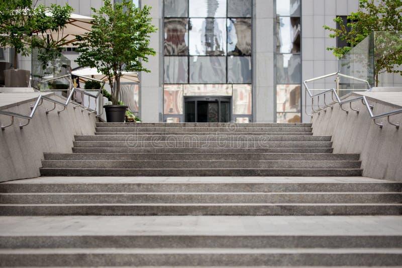 Escadas cinzentas de mármore à entrada da construção moderna imagens de stock royalty free