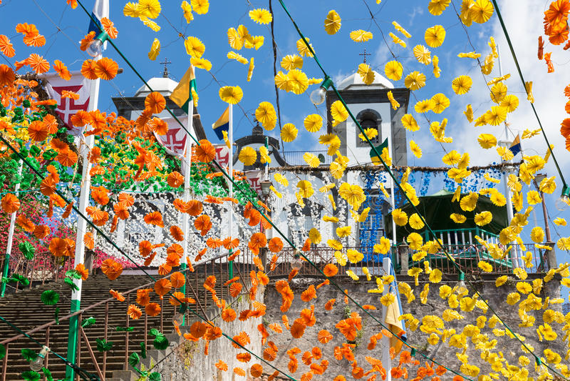 Escadas com decorações da flor de uma igreja em Madeira imagem de stock royalty free