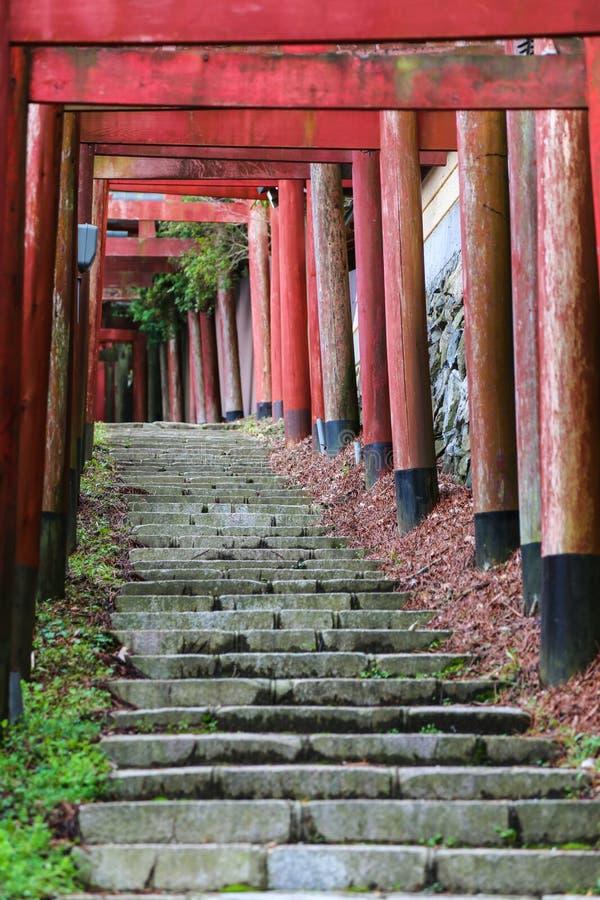 Escadas com uma linha de portas japonesas tradicionais do torii imagens de stock