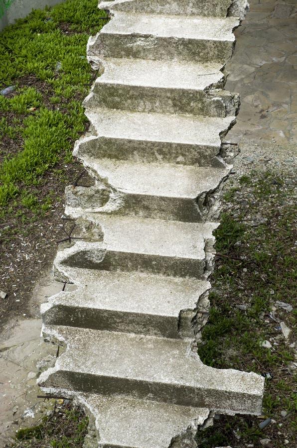 Escadas concretas quebradas velhas acima imagem de stock royalty free