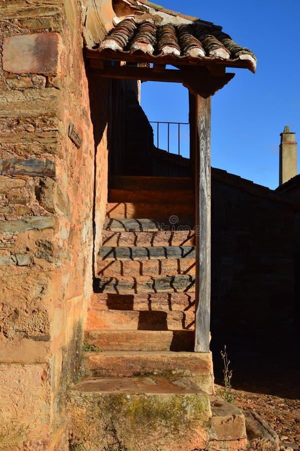 Escadas da entrada à biblioteca em Castrillo De Los Polvazares Arquitetura, história, Camino De Santiago, curso, rua Photograp fotografia de stock