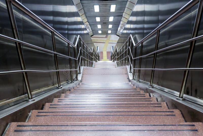 Escadas da estação de metro na cidade de Istambul foto de stock