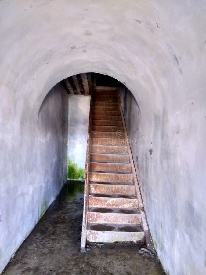 Escadas da fortaleza antiga no forte Constantim, a ilha de Kotlin imagem de stock