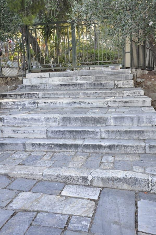 Escadas da pedra do monte de Areopagus de Atenas em Grécia foto de stock royalty free