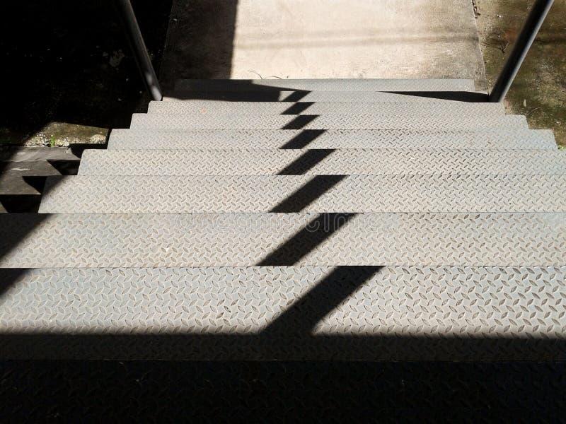 Escadas de aço ensolarados E sombras causadas pela luz solar fotos de stock royalty free