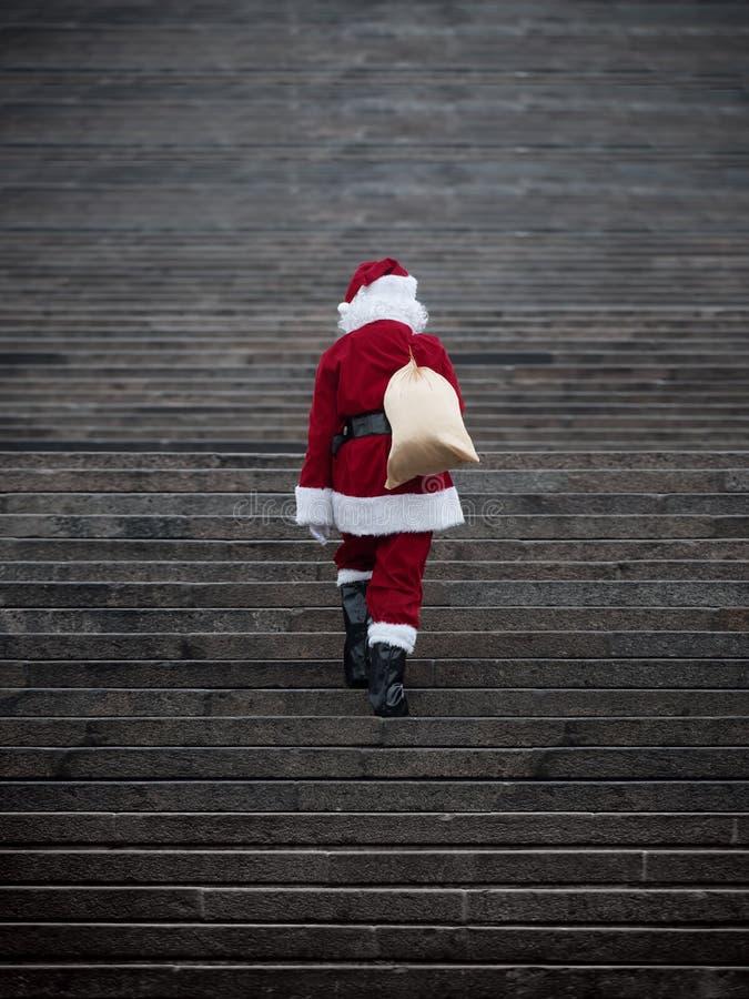 Escadas de escalada de Papai Noel fotografia de stock royalty free
